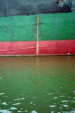Coque colorée de bateaux avec de l'eau la traînée et de rouille Photographie stock