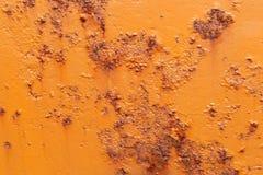 Coque peinte orange d'un bateau avec de la rouille Image stock
