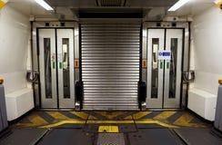 COQUELLES, PAS-DE-CALAIS, FRANCE, LE 7 MAI 2016 : Portes se reliantes entre les chariots sur le train d'Eurotunnel Image libre de droits