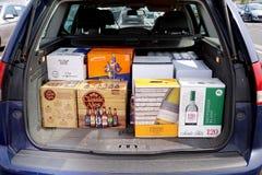 COQUELLES, PAS-DE-CALAIS, FRANKREICH, AM 7. MAI 2016: Einkaufslaufkatze lud mit billigem Bier und Wein lizenzfreie stockfotos