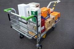COQUELLES, PAS-DE-CALAIS, FRANKRIJK, 07 MEI 2016: Het winkelen karretje met goedkope bier en wijn wordt geladen die Royalty-vrije Stock Foto