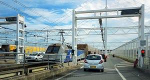 COQUELLES PAS-DE-CALAIS, FRANKRIKE, MAJ 07 2016: Kö av bilar som väntar för att stiga ombord eurotunneldrevet till Folkestone i d Royaltyfria Bilder