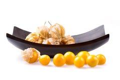 Coqueret comestible dans la cuvette sur le fond blanc Photographie stock