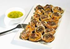 Coques mûres fraîches, fruits de mer délicieux, avec de la sauce Images stock