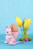 Coquetier avec le lapin de Pâques Photo libre de droits