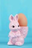 Coquetiers avec le lapin de Pâques Images stock