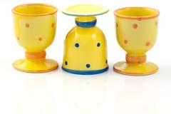 Coquetiers en céramique pointillés par jaune Photographie stock