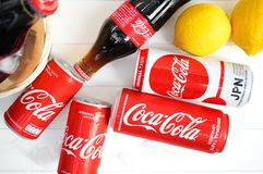 Coquice las latas y las botellas con el foco selectivo en la versión de Japón del coque para soportar al equipo de Japón en el mu Foto de archivo libre de regalías