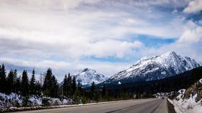 Coquihalla huvudväg nära toppmötet i British Columbia Arkivbild