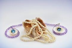 Coquillage avec les perles et les bijoux de luxe Photos stock