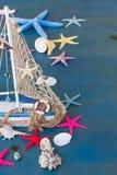 Coquillages, étoiles de mer et bateau Images stock