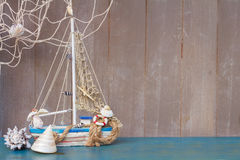 Coquillages, étoiles de mer et bateau avec l'espace de copie Image stock