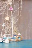 Coquillages, étoiles de mer et bateau avec l'espace de copie Photos stock