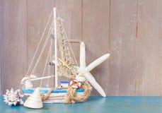 Coquillages, étoiles de mer et bateau avec l'espace de copie Photographie stock libre de droits