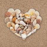 Coquillages empilés sous forme de coeur Photos libres de droits
