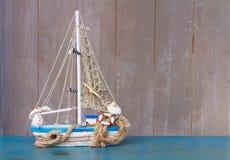Coquillages et bateau avec l'espace de copie Photographie stock libre de droits