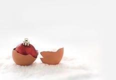 coquille d'oeufs avec la boule de Noël sur le conce de fond de Noël de neige Images libres de droits