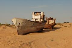 Coquille rouillée de bateau se situant dans le sable Images libres de droits