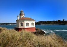 CoquilleRiver fyr, Bullards stranddelstatspark, Bandon, Oregon, Coos County royaltyfria bilder