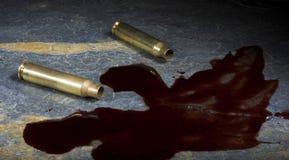 Coquilles AR-15 avec le sang écartant tout près Photos libres de droits