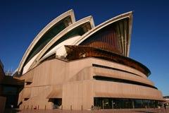 Coquilles blanches empilées des toits incurvés et pointus avec les poutres en béton exposées sur le grand podium rose de Sydney O images stock