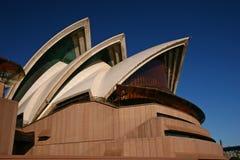 Coquilles blanches empilées des toits incurvés et pointus avec les poutres en béton exposées sur le podium rose de Sydney Opera H image libre de droits