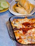 Coquilles bourrées de pâtes avec le dîner de sauce et de mozzarella Images libres de droits