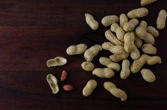 Coquilles d'arachide sur le conseil foncé Photo libre de droits