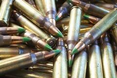 Coquilles de fusil avec les balles inclinées par vert Images libres de droits