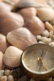 Coquilles de mer, boussole et le plan rapproché de pierres photos libres de droits