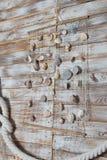 Coquilles de mer dans un filet, sur le conseil en bois, fond de vacances d'été photo libre de droits