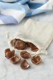 Coquilles de noix des soapnuts dans un sac de coton Images libres de droits