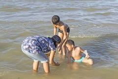 Coquilles de recherche de famille thaïlandaise Images stock
