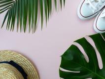 Coquilles, espadrilles, feuilles tropicales et chapeau d'été Image libre de droits