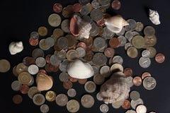 Coquilles et pièces de monnaie Photo libre de droits