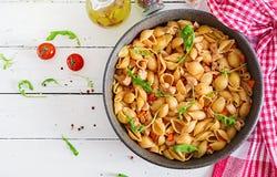 Coquilles italiennes de pâtes avec la sauce de viande et tomate image stock