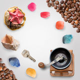 Coquilles, pierres, clé, graines de café d'isolement sur le blanc avec le chemin de coupure Photo libre de droits