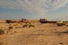 Coquilles rouillées de bateau se situant dans le désert Images stock