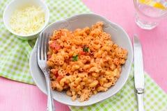 Coquillettes del stortini de los macarrones de las pastas con sau del tomate y del queso fotografía de archivo libre de regalías