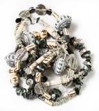 从coquina,玻璃珠的被缠结的项链 免版税库存图片