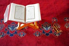 Corán en gotas del soporte y de rezo imagen de archivo libre de regalías