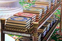 Corán en una mezquita en la tabla, límite, ley islámica Fotos de archivo