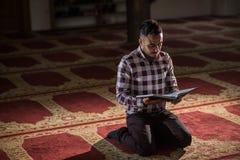 Corán musulmán de la lectura Foto de archivo libre de regalías