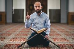 Corán musulmán de la lectura Foto de archivo