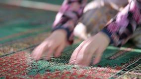Corão muçulmano da leitura da menina vídeos de arquivo