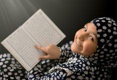 Corão muçulmano da leitura da menina Foto de Stock
