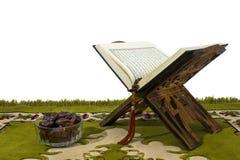 Corão no suporte e nas datas de madeira Imagem de Stock Royalty Free