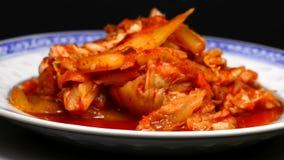 Coréen Kimchi sur une table de tour banque de vidéos