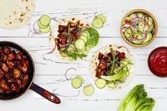 Coréen ralentissez le tacos cuit de boeuf avec le slaw de concombre et le ketchup asiatiques de sriracha Vue supérieure, configur photographie stock