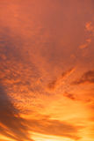 Cor alaranjada da nuvem na noite Imagens de Stock